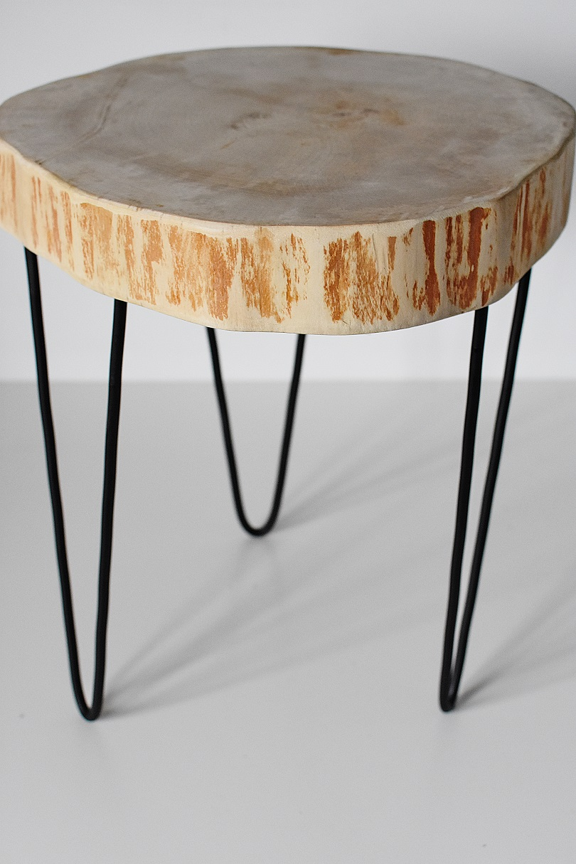 Drewniany Cienki Stolik Z Metalowymi Czarnymi Nogami Skandynawski Styl